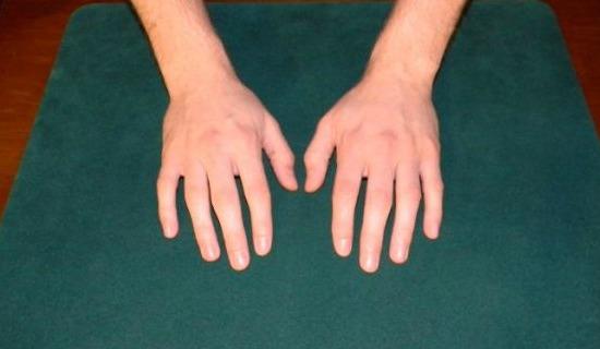 kezek-az-asztalon