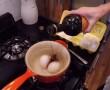 Balzsamecetet tölt a vízbe fövő tojásokhoz. 3 tipp, amit neked is ismerned kell!