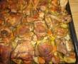 Fokhagymás csirkecombok zöldségágyon – szinte magától elkészül és elképesztően finom!