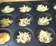 Sonkát és sajtot tesz a muffinformába, majd tojást önt rá. Ezt neked is ki kell próbálni! – VIDEÓ